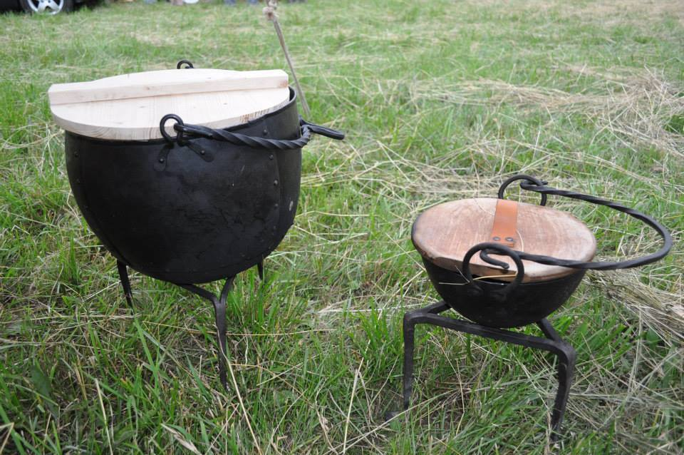 geschmiedete Töpfe und Küchenutensilien